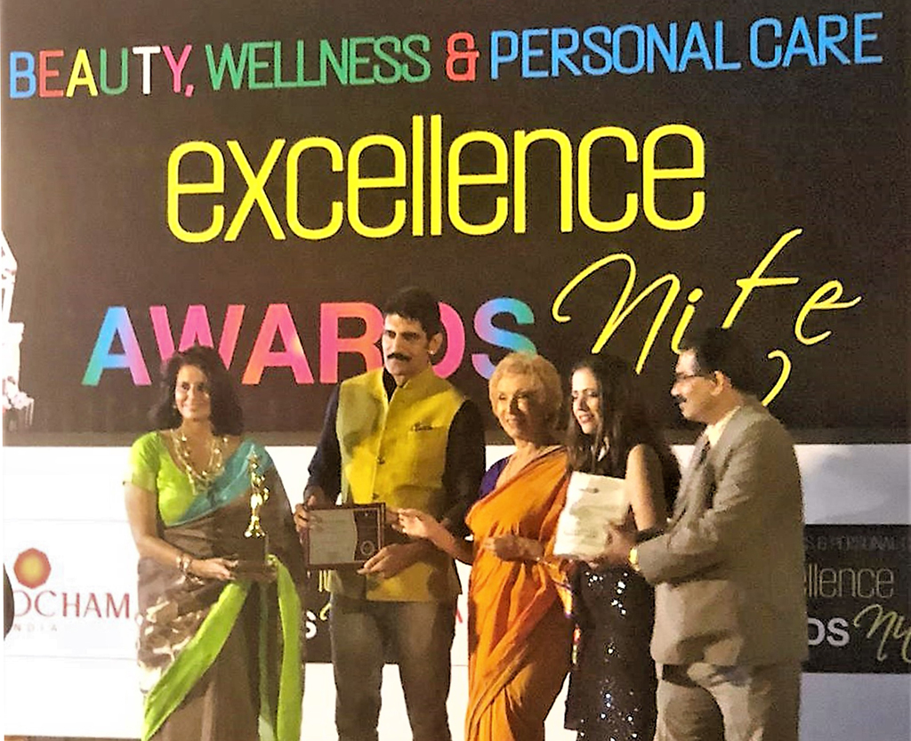 Mrs. Vibha Khanna Rastogi, Director of Sawadhee Traditional Thai Spa receiving the award